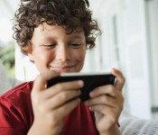 ребенок с мобильным телефоном